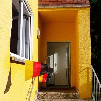 EM-Beflaggung bei der Sozialmanufaktur Wohngruppe in Reinickendorf